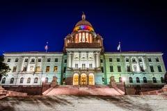 罗德岛州状态议院的外部在晚上,在Provid 免版税库存照片