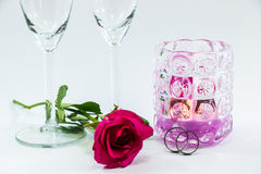 罗斯和在香槟玻璃和蜡烛附近参与圆环Valen 免版税库存图片