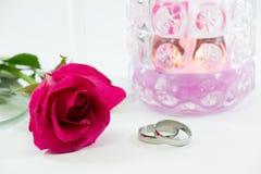 罗斯和在香槟玻璃和蜡烛附近参与圆环Valen 库存图片
