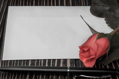 罗斯和笔记关于木桌 库存照片