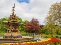 罗斯喷泉在爱丁堡,从王子街庭院看见的苏格兰在一好日子 免版税库存图片