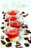 罗斯在白色背景的茶和花瓣 免版税库存图片