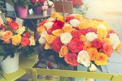 罗斯在花店的花花束在街道上在巴黎,法国 减速火箭的过滤器作用 库存图片