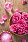 罗斯开花温泉和芳香疗法的瓣草本盐 库存图片