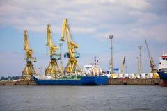 罗斯托克,德国- 17 06 2018年:与起重机的罗斯托克港的港口设施和造船厂  库存图片