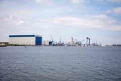 罗斯托克,德国- 17 06 2018年:与起重机的罗斯托克港的港口设施和造船厂  免版税图库摄影