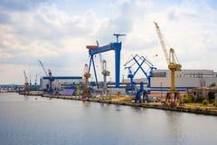 罗斯托克,德国- 17 06 2018年:与起重机的罗斯托克港的港口设施和造船厂  免版税库存图片