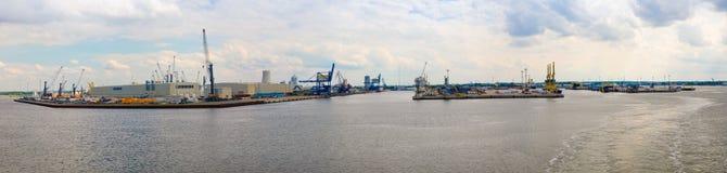 罗斯托克,德国- 17 06 2018年:与起重机的罗斯托克,全景视图港的港口设施和造船厂  图库摄影