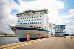 罗斯托克,德国- 17 06 2018年:巨大的轮渡准备在罗斯托克港为进一步旅行 免版税库存照片