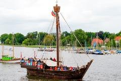 罗斯托克,德国- 2016年8月:中世纪船Wissemara Hanse风帆 库存照片
