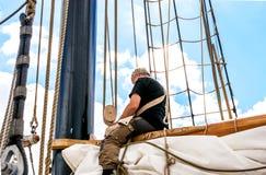 罗斯托克,德国- 2016年8月:工作在帆船的水手 免版税库存照片