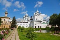 罗斯托夫克里姆林宫的庭院包括俄罗斯的金黄圆环 免版税库存照片