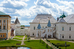 罗斯托夫克里姆林宫的庭院 库存照片