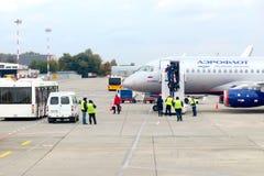 罗斯托夫,俄罗斯, 10-15-2017 :乘客下降梯子Aeroflot Company的飞机 免版税库存图片