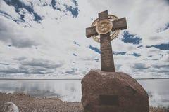 罗斯托夫,俄罗斯- 2017年5月8日:纪念十字架的夏天视图在湖尼罗银行的  免版税图库摄影