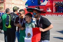 罗斯托夫On唐20 06 2018年俄罗斯游乐园在爱好者区域 墨西哥的爱好者拍摄了与旗子 免版税库存图片