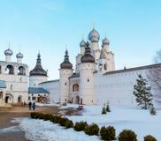 罗斯托夫Veliky,俄罗斯3月30日 2016年 罗斯托夫克里姆林宫在冬天,金黄圆环游人寺庙  免版税库存照片