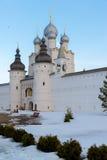 罗斯托夫Veliky,俄罗斯3月30日 2016年 罗斯托夫克里姆林宫在冬天,金黄圆环游人寺庙  图库摄影