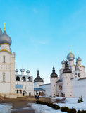 罗斯托夫Veliky,俄罗斯3月30日 2016年 罗斯托夫克里姆林宫在冬天,金黄圆环游人寺庙  库存照片