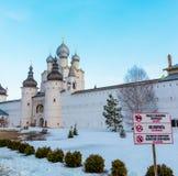 罗斯托夫Veliky,俄罗斯3月30日 2016年 罗斯托夫克里姆林宫在冬天,金黄圆环游人寺庙  库存图片