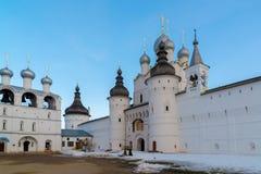 罗斯托夫Veliky,俄罗斯3月30日 2016年 罗斯托夫克里姆林宫,金黄圆环游人全景  库存图片