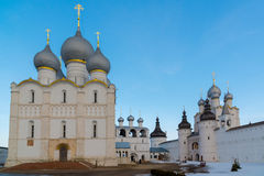罗斯托夫Veliky,俄罗斯3月30日 2016年 罗斯托夫克里姆林宫,金黄圆环游人全景  库存照片