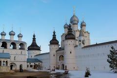 罗斯托夫Veliky,俄罗斯3月30日 2016年 罗斯托夫克里姆林宫,金黄圆环游人全景  免版税库存图片