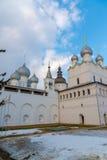 罗斯托夫Veliky,俄罗斯3月30日 2016年 罗斯托夫克里姆林宫,金黄圆环游人寺庙  库存照片