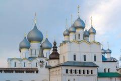 罗斯托夫Veliky,俄罗斯3月30日 2016年 罗斯托夫克里姆林宫,金黄圆环游人寺庙  库存图片