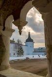 罗斯托夫Veliky,俄罗斯3月30日 2016年 罗斯托夫克里姆林宫,金黄圆环游人 图库摄影