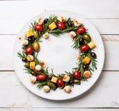 罗斯玛丽花圈圣诞节开胃菜用乳酪和橄榄 免版税库存图片