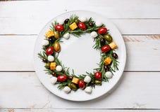 罗斯玛丽花圈圣诞节开胃菜用乳酪和橄榄 库存照片