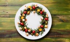 罗斯玛丽花圈圣诞节开胃菜用乳酪和橄榄 库存图片