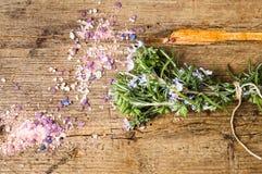 罗斯玛丽花束和草本腌制槽用食盐 免版税库存图片
