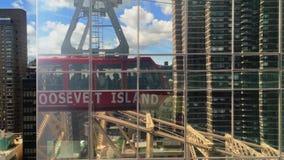 罗斯福岛空中缆车汽车的反射在曼哈顿大厦的 股票视频