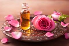 罗斯花和精油。温泉芳香疗法 库存图片