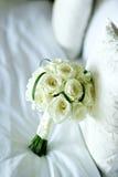罗斯花在床上的婚礼花束 免版税库存图片