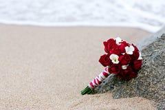 罗斯花在海滩的婚礼花束 免版税库存图片