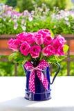 罗斯花束搪瓷水罐弓 免版税库存照片