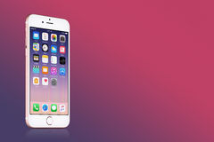 罗斯金与iOS 10的苹果计算机iPhone 7在桃红色梯度背景的屏幕上与拷贝空间 免版税图库摄影