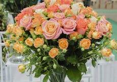 罗斯,桃红色花,美好的构成 免版税库存图片