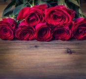 罗斯 红色玫瑰 英国兰开斯特家族族徽花束 在花岗岩背景的几朵玫瑰 情人节,婚礼之日背景 库存照片
