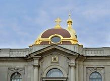 罗曼诺夫朝代大公地下埋葬室皇家房子门面在彼得和保罗大教堂里 免版税图库摄影