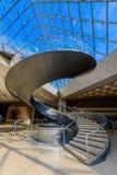 罗浮宫和玻璃金字塔的螺旋台阶 免版税库存照片