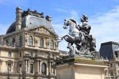 罗浮宫和路易十四骑马者雕象 免版税图库摄影