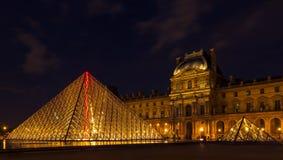 罗浮宫和金字塔在巴黎,法国,夜illumi的 免版税库存照片