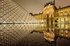 罗浮宫和玻璃金字塔在晚上,巴黎,法国 免版税库存图片
