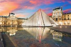 罗浮宫在日出的巴黎,法国 库存照片