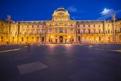 罗浮宫在晚上在巴黎,法国 图库摄影