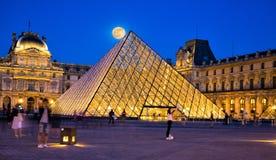罗浮宫在有超级月亮的巴黎 免版税图库摄影